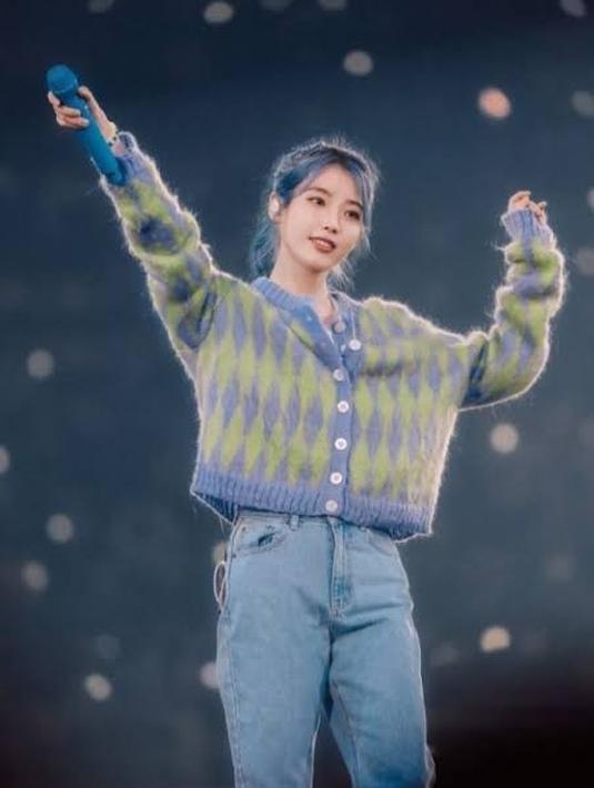 Saat konsernya, IU tampil mengenakan cardigan rajutan dengan warna yang cukup soft. Ia memadukannya dengan celanan denim. Dok. Pinterest
