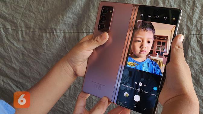 Galaxy Z Fold 2 menghadirkan kemampuan Mirror Selfie dengan kamera utama perangkat (Foto: Samsung)