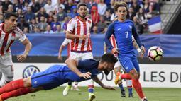 Striker Prancis, Olivier Giroud, melesatkan bola dengan tandukan kepala ke arah gawang Paraguay pada laga uji coba di Stadion Roazhon Park, Rennes (02/06/17). Prancis menang 5-0. (EPA/Julien De Rosa)