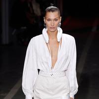 Model Bella Hadid saat memakai busana Off White Spring/Summer 2019 selama Paris Fashion Week, Prancis (27/9). Kedua model tersebut tampil cantik membawakan koleksi rancangan Virgil Abloh. (AFP Photo/Francois Guillot)