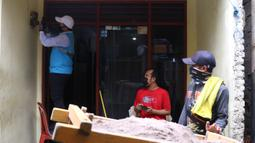Warga mengamati petugas PLN saat melakukan pencatatan meteran listrik di salah satu rumah kawasan Kebayoran Baru, Jakarta, Selasa (30/6/2020). Pengerahan petugas dilakukan untuk memastikan kesesuaian antara tagihan rekening listrik pelanggan dengan penggunaannya. (Liputan6.com/Angga Yuniar)