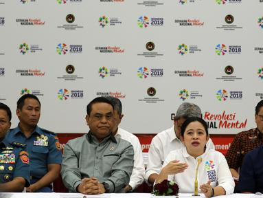 Menko PMK Puan Maharani bersama Menpan-RB yang juga sebagai CdM Asian Games 2018 Syafruddin memberikan keterangan kepada wartawan pasca penyelenggaraan Asian Games 2018 di kantor Kemenko PMK, Jakarta, Senin (3/9). (Liputan6.com/Johan Tallo)