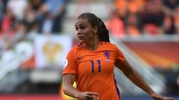 Aksi Lieke Martens membawa bola saat bertanding melawan Denmark pada final UEFA Women's Euro 2017 di Stadion Fc Twente di Enschede (7/8). Lieke Martens menandatangani kontrak untuk FC Barcelona pada 12 Juli 2017. (AFP Photo/John Thys)