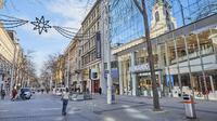Pemandangan jalan saat peningkatan langkah-langkah karantina wilayah (lockdown) guna membatasi penyebaran COVID-19 di Wina, Austria, 17 November 2020. Austria memerintahkan lockdown secara nasional mulai 17 November hingga 6 Desember. (Xinhua/Georges Schneider)