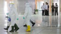 Presiden Joko Widodo atau Jokowi menyaksikan petugas menyemprotkan cairan disinfektan di Masjid Istiqlal, Jakarta, Jumat (13/3/2020). Proses sterilisasi ini dilakukan dalam rangka mencegah penularan virus corona Covid-19. (Liputan6.com/Faizal Fanani)