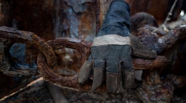 Potret Pekerja Pemotongan Kapal Tua di Cilincing