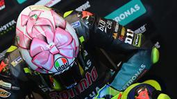 Pada balapan MotoGP San Marino 2021 The Doctor memakai desain helm yang dipersembahkan khusus untuk calon anak perempuan yang masih dalam kandungan pasangannya. (AFP/Andreas Solaro)