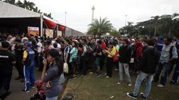 Warga mengantre untuk membuat paspor dalam acara Festival Keimigrasian 2018 di Lapangan Barat Daya Monas, Jakarta, Minggu (21/1). Warga kecewa lantaran kuota pembuatan paspor sudah habis. (Liputan6.com/Arya Manggala)