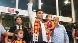 Striker Kolombia Radamel Falcao menyapa para suporter Galatasaray saat tiba di Bandara Ataturk di Istanbul (1/9/2019). Mantan striker Manchester United dan Chelsea ini dikontrak Galatasaray dengan transfer senilai 50 juta poundsterling. (AFP Photo/Yasin Akgul)