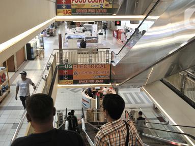 Pengunjung menggunakan ekskalator di pusat perbelanjaan Glodok, Jakarta, Selasa (3/3/2020). Sejak Senin (2/3) kemarin Pusat perbelanjaan di Glodok mendadak sepi pengunjung akibat adanya pemberitaan terkait warga Depok positif terinfeksi virus Corona atau Covid-19. (merdeka.com/Iqbal S. Nugroho)