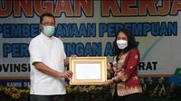 Menteri PPPA Bintang Puspayoga (kanan) beri penghargaan pada Gubernur NTB, Zulkieflimansyah. Foto: KemenPPPA.