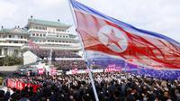 Ribuan orang mengikuti rapat umum menyambut Kongres ke-8 Partai Buruh Korea di Lapangan Kim Il Sung, Pyongyang, Korea Utara, Senin (12/10/2020). (AP Photo/Jon Chol Jin)