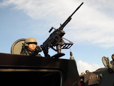 Pasukan TNI berada di kendaraan tempur selama persiapan keamanan kunjungan Raja Salman bin Abdul-Aziz Arab Saudi di Nusa Dua, Bali (3/3). 2.500 personil gabungan TNI dan Polri siap mengamankan kunjungan Raja Salman di Bali. (AFP Photo / Sonny Tumbelaka)