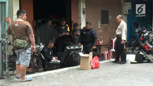 Sebuah benda mencurigakan ditemukan warga di Komplek Duta Mas, Grogol Petamburan. Tak mau ambil risiko, warga meminta Gegana untuk memeriksanya.