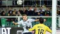 Proses gol sundulan yang dicetak striker Italia, Ciro Immobile ke gawang Armenia pada laga Kualifikasi Piala Eropa 2020 di Stadion Renzo Barbera, Palermo, Senin (18/11). Italia menang 9-1 atas Armenia. (AFP/Andreas Solaro)