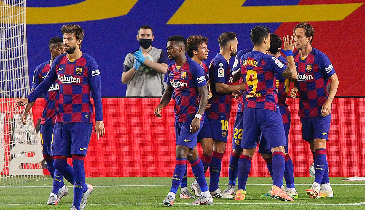 Pemain Barcelona merayakan gol yang dicetak oleh Ivan Rakitic ke gawang Athletic Bilbao pada laga La Liga di Stadion Camp Nou, Selasa (23/6/2020). Barcelona menang 1-0 atas Athletic Bilbao. (AP/Joan Monfort)
