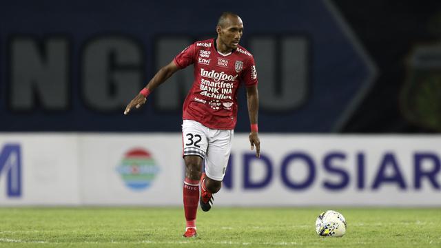 Bek Bali United, Leonard Tupamahu, menggiring bola saat melawan Bhayangkara FC pada laga Piala Presiden 2019. (Bola.com/Yoppy Renato)