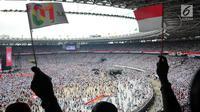 Pendukung pasangan Capres dan Cawapres nomor urut 01, Jokowi - Ma'ruf Amin saat mengikuti kampanye akbar di Stadion Gelora Bung Karno (SGBK), Jakarta, Sabtu (13/4). Kampanye akbar tersebut bertajuk konser putih bersatu. (Liputan6.com/Angga Yuniar)