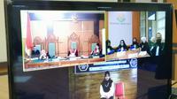 VN, terdakwa perempuan dalam kasus video syur Vina Garut, tengah menunggu sidang putusan yang dilakukan secara teleconference alias online tersebut. (Liputan6.com/Jayadi Supriadin)
