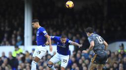 Bek Leicester City, Harry Maguire, duel udara dengan pemain Everton, Richarlison, pada laga Premier League di Stadion Goodison Park, Selasa (1/1). Leicester City menang 1-0 atas Everton. (AP/Peter Byrne)