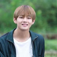 Idol kelahiran 30 Desember 1995 ini memang tegolong idol yang ramah. Tak heran jika pemilik nama Kim Taehyung ini mempunyai banyak teman. Berikut teman-teman V BTS yang berasal dari kalangan selebriti. (Foto: Soompi.com)