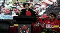 Ketum PDIP Megawati Soekarnoputri memberi pidato saat acara pengumuman nama pasangan cagub-cawagub PDIP di Kantor DPP PDIP, Jakarta, Minggu (17/11). Megawati mengumumkan pasangan cagub-cawagub Riau, Sultra, NTT dan Maluku . (Liputan6.com/Faizal Fanani)