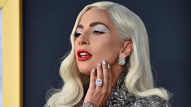 Lady Gaga berbalut gaun perak dengan ekor panjang saat tampil mempromosikan filmnya A Star Is Born. Ia menyempurnakan penampilan dengan makeup nuansa perak. (dok. Instagram @ladygaga/Asnida Riani)