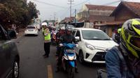 Kapolres Garut AKBP Budi Satria Wiguna, langsung turun ke lapangan mengamankan jalur lalu lintas arus balik yang terus meningkat di depan pos terpadu Limbangan, Garut (Liputan6.com/Jayadi Supriadin)