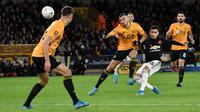 Gelandang Manchester United, Andreas Pereira menendang bola dibayangi pemain Wolverhampton Wanderers pada babak ketiga Piala FA di Molineux, Sabtu (4/1/2020). Wolverhampton dan MU dipaksa untuk melakukan laga ulangan di Old Trafford setelah bermain imbang tanpa gol. (AP/Rui Vieira)