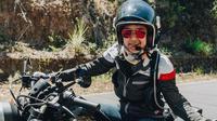 Prisia Nasution atau akrab disapa Phia ini mempunyai hobi mengendarai motor gede yang biasanya didominasi kaum pria. (Liputan6.com/IG/@prisia)