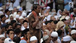 Pendukung pasangan Capres-Cawapres nomor urut 02 Prabowo Subianto-Sandiaga Uno berdoa saat menghadiri syukuran kemenangan di Kertanegara, Jakarta, Jumat (19/4). Dalam acara syukuran klaim kemenangan Pilpres 2019 tersebut, Prabowo tidak didampingi Sandiaga. (Liputan6.com/Faizal Fanani)