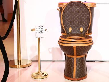 Sebuah toilet emas berlapis kulit tas Louis Vuitton dipamerkan dalam sebuah showroom di California, Los Angeles, 8 November 2017. Karya unik tersebut dibuat oleh seorang seniman bernama Illma Gore. (Joe Scarnici/Getty Images for Tradesy/AFP)