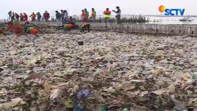 Diperkirakan perlu waktu satu minggu untuk membersihkan kawasan ini dari sampah yang menumpuk.