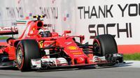 Pebalap Ferrari, Kimi Raikkonen, sedang beraksi pada balapan F1 GP Rusia di Sochi Autodrom, 30 April 2017. (EPA/Valdrin Xhemaj)