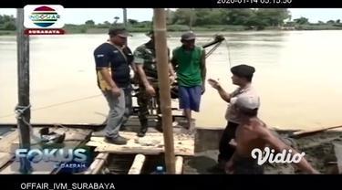 Petugas gabungan di Kabupaten Tuban, Jawa Timur, menertibkan penambang pasir Sungai Bengawan Solo. Pasalnya, penambang pasir ilegal nekat mengambil pasir di sekitar tanggul yang ambles, sehingga dapat membahayakan kondisi tanggul yang kritis.