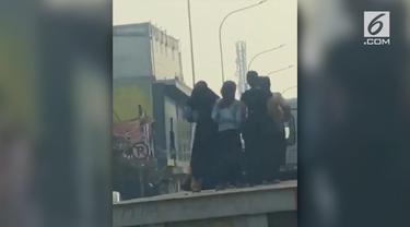 Aksi sejumlah gadis berseragam asyik berjoget di atas truk terbuka viral di media sosial.
