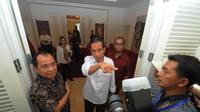 Mantan Walikota Solo itu mengenalkan ruangan demi ruangan yang ada di rumah transisi yang mengusung gaya kolonial tersebut, Jakarta, Senin (4/8/14). (Liputan6.com/Herman Zakharia)