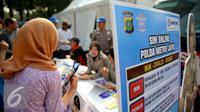 Direktorat Lalu Lintas Polda Metro Jaya saat meluncurkan layanan Surat Izin Mengemudi (SIM) online, Jakarta, Minggu (27/9/2015). Masyarakat dapat memanfaatkan layanan ini untuk memperpanjang SIM mereka. (Liputan6.com/Faizal Fanani)