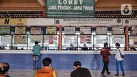Aktivitas calon penumpang di depan loket bus Terminal Kampung Rambutan, Jakarta, Kamis (12/11/2020). Rencananya, Terminal Kampung Rambutan akan direvitalisasi dengan konsep terintegrasi stasiun LRT dan ditargetkan rampung pada 2021. (merdeka.com/Iqbal Septian Nugroho)