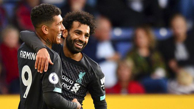 Roberto Firmino merayakan golnya ke gawang Burnley bersama Mohamed Salah. (AP/Anthony Devlin)