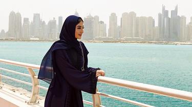 Artis yang sedang dikabarkan dekat dengan Ali Syakieb ini disebut makin cantik ketika kenakan hijab. Memiliki wajah keturunan Arab, penampilannya pun nampak anggun bak artis Timur Tengah. (Liputan6.com/IG/marginw@)