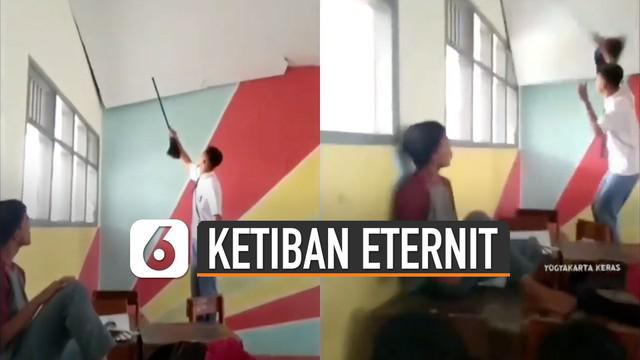 Hal tidak terduga terjadi ketika siswa itu mendorong-dorong eternit.