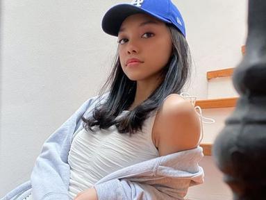 Mulai beranjak dewasa, Naura Ayu pun kini tampil dengan fashion style yang berbeda dari sebelumnya. Gadis berusia 15 tahun ini kini tampil dengan gaya kasual yang mencuri perhatian. (Liputan6.com/IG/naura.ayu)