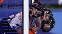 Pemain hoki asal Inggris Laura Unsworth (kiri) menjaga gawangnya saat melawan Belanda dalam pertandingan hoki wanita dalam ajang Olimpiade Tokyo 2020, Kamis (29/7/2021). (Foto: AP/John Locher)