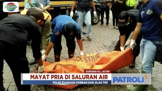 Jasad seorang kakek ditemukan dengan tangan menyembul dari saluaran air di kawasan perumahan Pandugo, Surabaya.