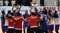 Pemain Timnas voli putra Indonesia merayakan kemenangan atas Iran di Perempat Final Kejuaraan Voli Asia 2017 di GOR Tri Dharma, Gresik, Minggu (30/7). Indonesia menang 3-2 (18-25, 18-25, 25-23, 25-24, 15-11). (Liputan6.com/Helmi Fithriansyah)