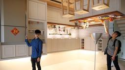 Pengunjung berpose di ruangan dapur rumah terbalik di Huashan Creative Park, Taipei, Taiwan, (7/4). Sekelompok arsitek Taiwan membangun rumah seluas 300 meter yang menghabiskan dana US$ 600.000 dalam kurun waktu 2 bulan. (REUTERS/Tyrone Siu)