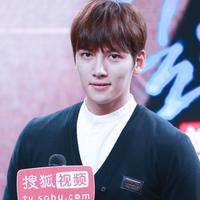Ji Chang Wook resmi menjadi tentara aktif pada 14 Agustus 2017. Aktor kelahiran 5 Juli 1987 ini melakukan pelatihan dasar di Markas Infantri 3 di Cheorwon, Gangwon. Ia akan menyelesaikan wamilnya pada Mei 2019. (Foto: soompi.com)