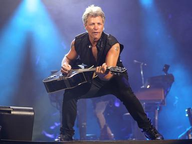 Aksi Bon Jovi di depan 40 ribu penonton yang memadati Stadion Utama Gelora Bung Karno (SUGBK), Jakarta, Jumat (11/9/2015). Bon Jovi membayar kerinduan para penggemarnya di Indonesia dengan aksi yang memukau. (Liputan6.com/Faizal Fanani)