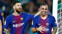 Penyerang Barcelona, Paco Alcacer (kanan) melakukan selebrasi dengan Lionel Messi usai mencetak gol ke gawang Sevilla pada La Liga Spanyol di Camp Nou, Barcelona, Spanyol, (4/11). Alcacer mencetak dua gol dipertandingan ini. (AP Photo/Manu Fernandez)